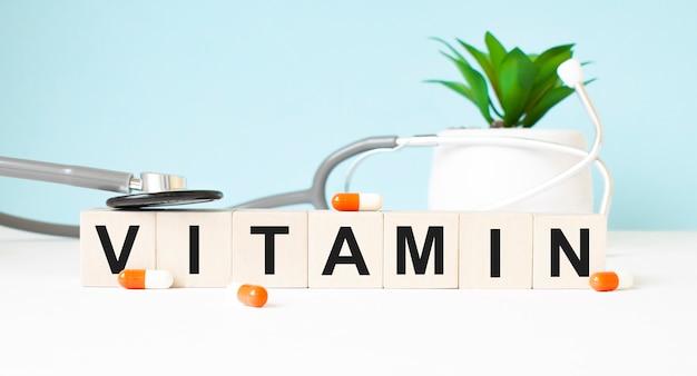 Het woord vitamin is geschreven op houten kubussen