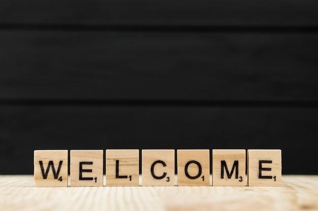 Het woord welkom gespeld met houten letters