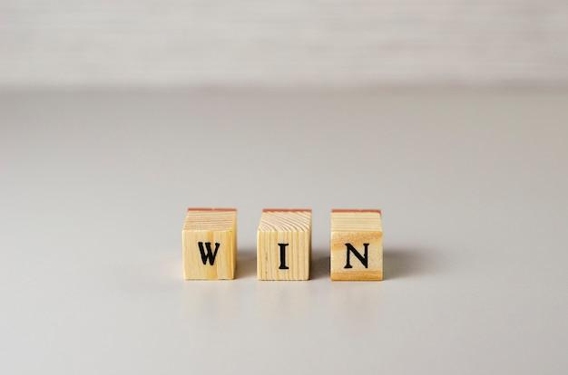 Het woord wint gemaakt van letters op houten kubussen