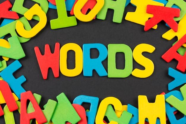Het woord words van kleurrijke letters