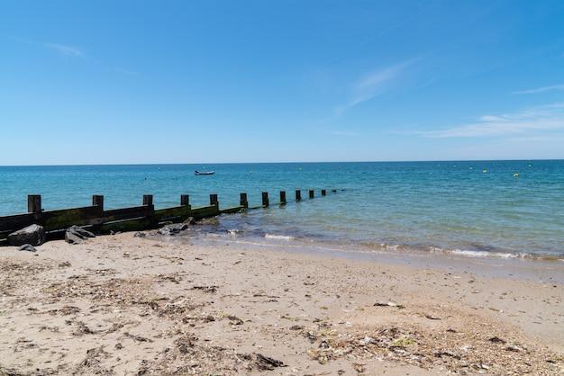 Het zandstrand van de zomer in eiland noirmoutier in vendee frankrijk