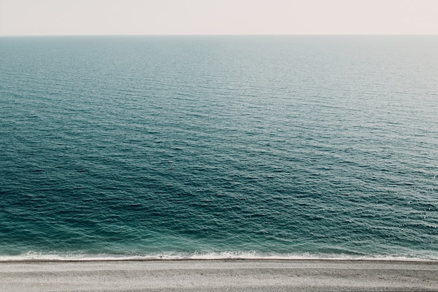 Het zee landschap met uitzicht op de horizon
