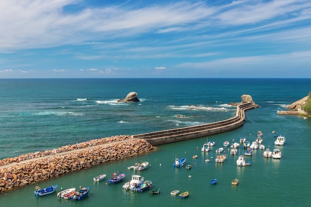Het zeehavendorp van vissers in portugal. alentejo in vila milfontes.