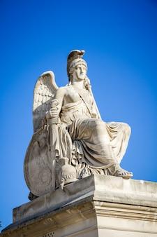 Het zegevierende standbeeld van frankrijk dichtbij de triomfboog van de carrousel, parijs