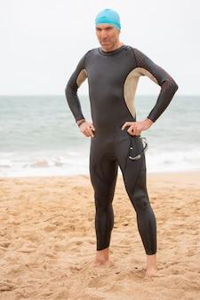 Het zekere mannelijke zwemmer kijken