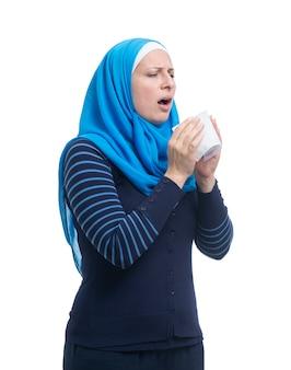 Het zieke arabische vrouwelijke niezen geïsoleerd op witte achtergrond