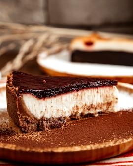 Het zijaanzicht van de chocoladekaastaart
