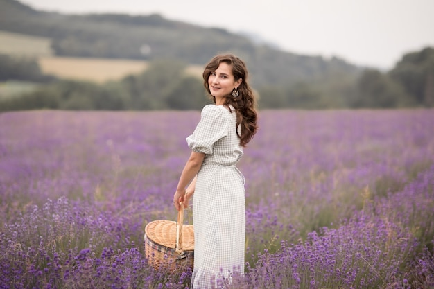 Het zomerseizoen. lavendelvelden. een meisje met een mand met lavendelveld. landelijk gebied