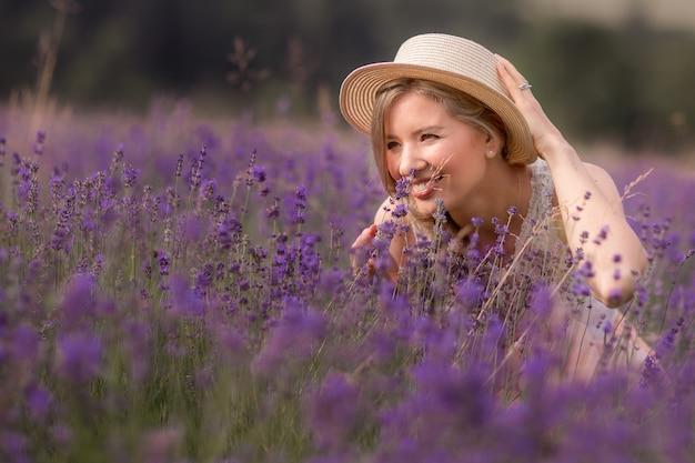 Het zomerseizoen. lavendelvelden. een meisje met een strohoed in een lavendelveld. landelijk gebied