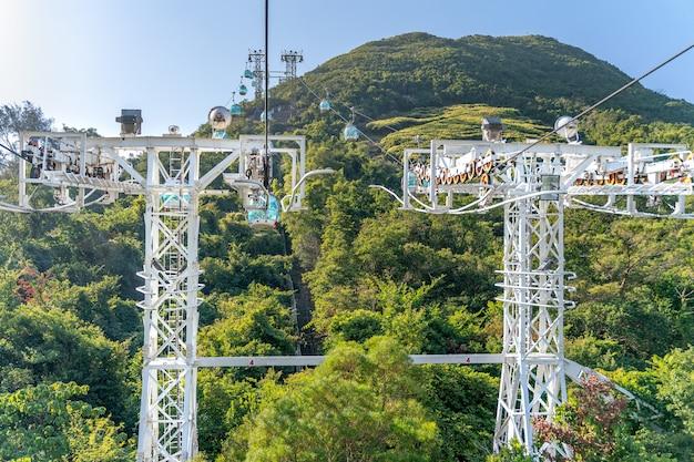 Het zonnige uitzicht op de kabelbaan en het themapark in de buurt van de oceaan