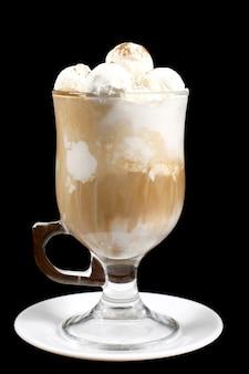 Het zuivel-ijs in cup op zwarte achtergrond. zoet dessert. calorierijk voedsel