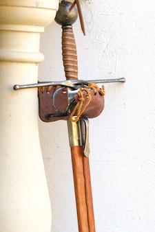 Het zwaard van een oude ridder. middeleeuws concept.