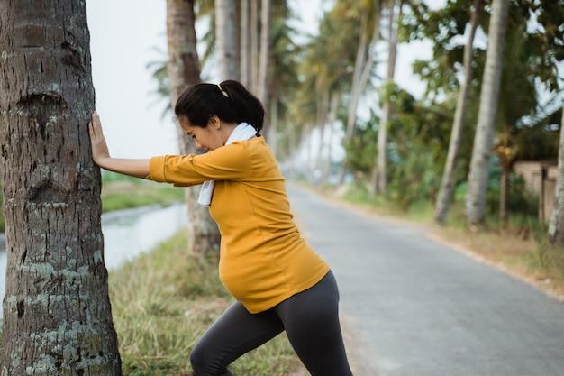 Het zwangere vrouw openlucht uitoefenen