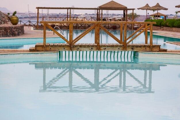 Het zwembad met blauw water