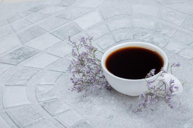 Hete, aromatische thee met bloemen.