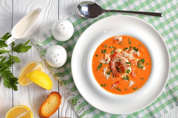 Hete bisque of rijke soep van versnipperd krabvlees uit alaska
