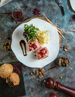 Hete californië sushibroodjes met rode kaviaar