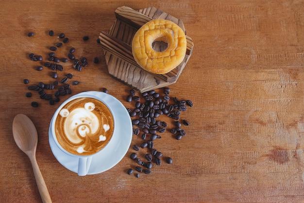 Hete cappuccino-kunst met verse koffieboon op tafel.