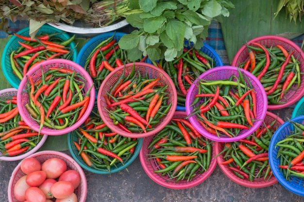 Hete chili paprika (chilli padi, bird's eye chilli, bird chilli, thai pepper) in een mand op de thailand-markt