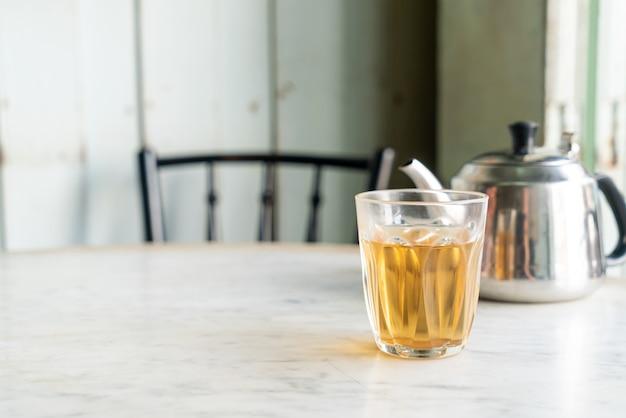 Hete chinese thee in glas op tafel