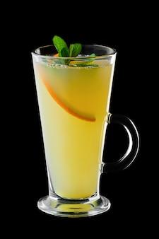 Hete citroenthee geïsoleerd