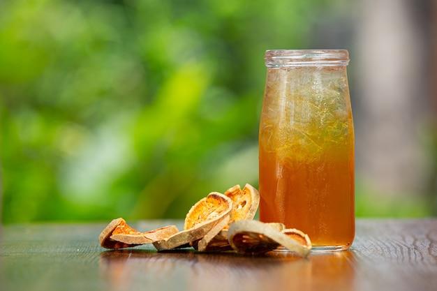 Hete droge baelfruitthee in een thaise kruidenbeker