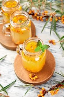 Hete duindoornthee met gember en honing
