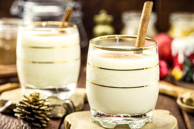 Hete eierpunch typisch voor kerstmis, thuis gemaakt over de hele wereld, op basis van eieren en alcohol, genaamd advocaat