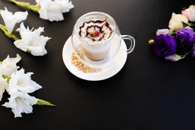Hete en heerlijke cappuccino koffie donkere achtergrond concept. restaurant drankjes. professioneel barista-werk.