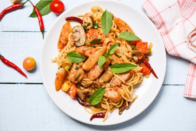 Hete en kruidige spaghetti van de de deegwarentomaat van de spaghetti en de bladerenmening van basilicum