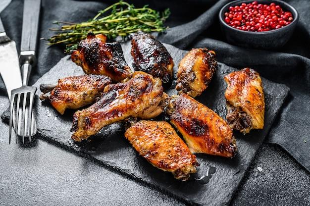 Hete en pittige kippenvleugels met hete saus