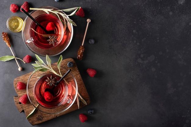 Hete frambozen thee met salie en honing in een glazen mok bovenaanzicht
