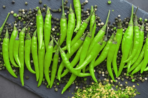 Hete groene peper. chileense peper op een zwarte achtergrond.