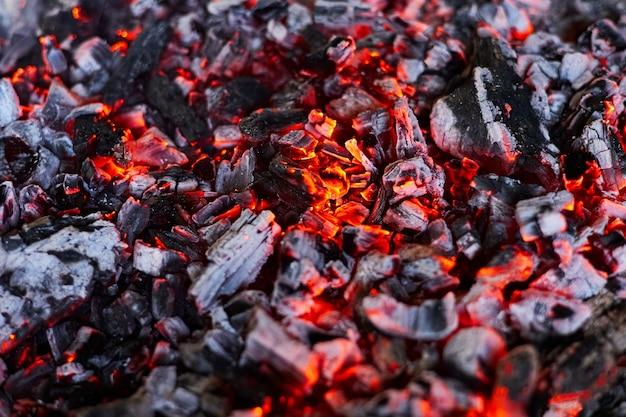 Hete houtskool in de grill