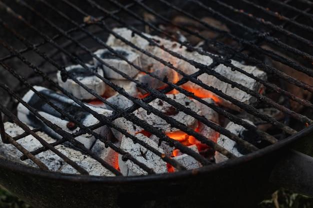 Hete houtskoolbriketten voor barbecue