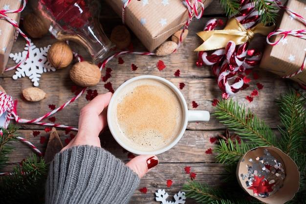 Hete kerstdrank in cup presenteert achtergrond