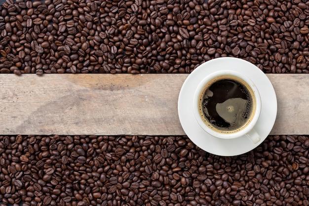 Hete koffie en bonen op hout