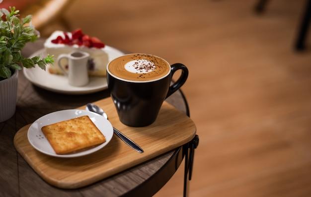 Hete koffie in een kop op houten tafel