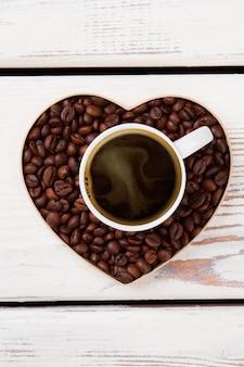 Hete koffie liefde concept. hartvormige bonen. wit