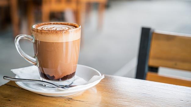 Hete koffie op de tafel in de coffeeshop