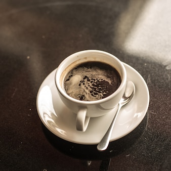 Hete koffie op tafel cloase up