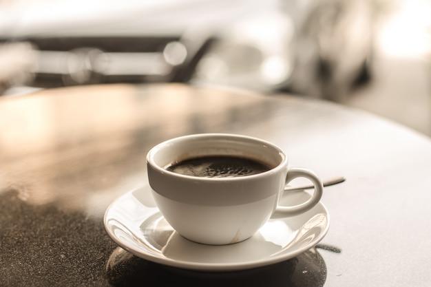 Hete koffie op tafel