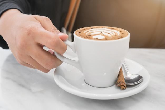 Hete koffie voor pauzetijd in café