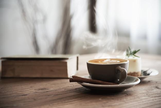 Hete koffiekop die op houten lijst wordt geplaatst