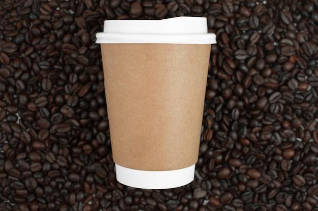 Hete koffiemok op bruine koffiebonen, hoogste mening.