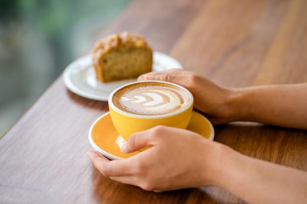 Hete late koffie op de tafel