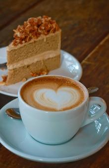 Hete latte art koffie met koffie cake achtergrond