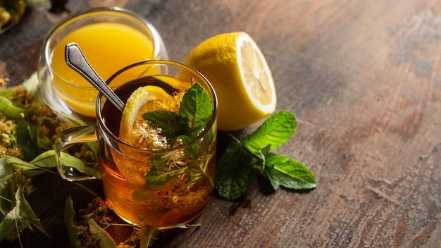 Hete lindebloesemdrank, honing en citroen