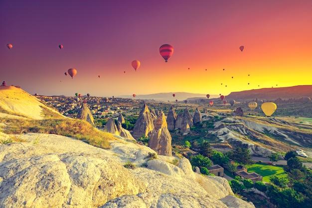 Hete luchtballon die over een gebied vliegt