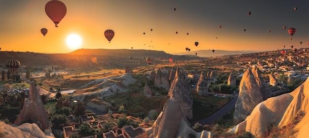 Hete luchtballon die over spectaculair cappadocië vliegt